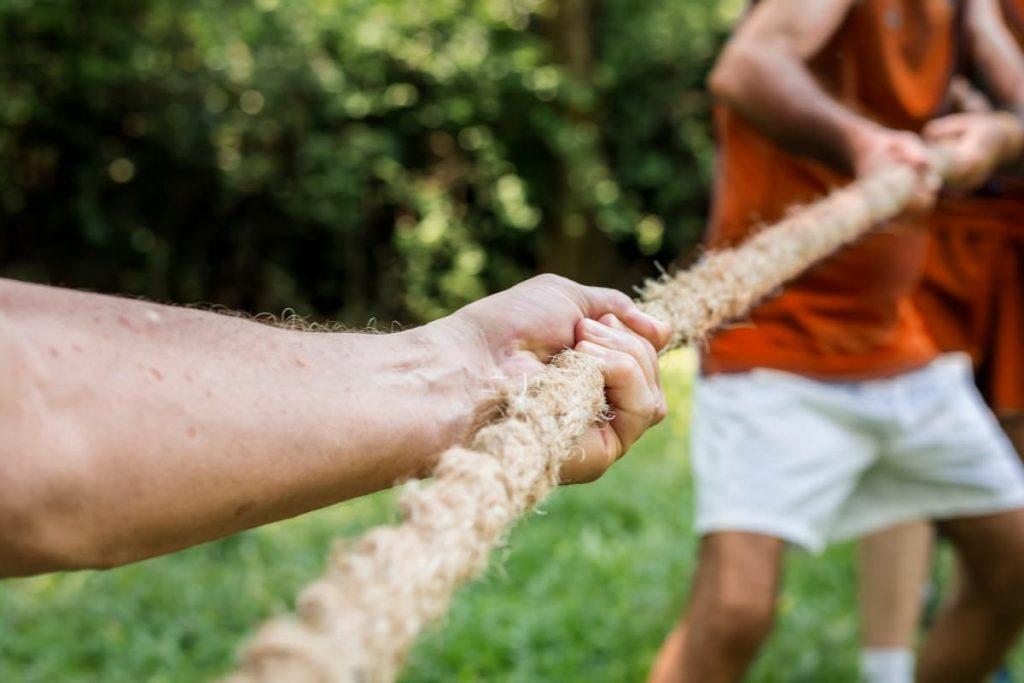 Pessoas puxando uma corda